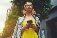 Να κουβεντιάσει κοριτσιών Hipster για συναντά έναν φίλο Στοκ φωτογραφία με δικαίωμα ελεύθερης χρήσης