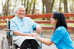 Να κουβεντιάσει με την ηλικιωμένη κυρία Στοκ φωτογραφία με δικαίωμα ελεύθερης χρήσης