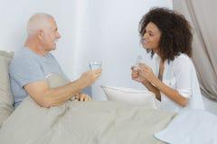 Να κουβεντιάσει με το άρρωστο άτομο Στοκ εικόνα με δικαίωμα ελεύθερης χρήσης