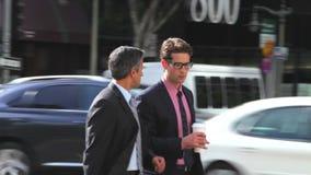 Να κουβεντιάσει δύο επιχειρηματιών που περπατά κατά μήκος της οδού απόθεμα βίντεο