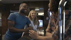 Να κουβεντιάσει bartender απόθεμα βίντεο
