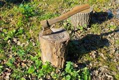 Να κολλήσει τσεκουριών σε ένα κούτσουρο Στοκ φωτογραφία με δικαίωμα ελεύθερης χρήσης