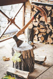 Να κολλήσει τσεκουριών στο κολόβωμα, ένωση καπέλων στη λαβή Στοκ εικόνες με δικαίωμα ελεύθερης χρήσης