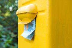 Να κολλήσει χρημάτων από μια ταχυδρομική θυρίδα Στοκ Φωτογραφία