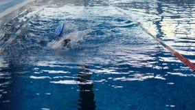 Να κολυμπήσει επαγγελματικά καλά στη λίμνη απόθεμα βίντεο