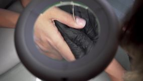 Να κόψει την επιδερμίδα καρφιών από το ψαλίδι καρφιών στο επαγγελματικό σαλόνι καρφιών Όμορφα θηλυκά καρφιά και μανικιούρ απόθεμα βίντεο