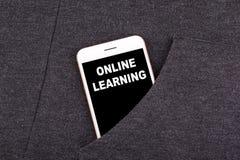 να μάθει on-line Smartphone στην τσέπη Επιχείρηση τεχνολογίας και επικοινωνία, υπόβαθρο εκπαίδευσης Στοκ εικόνα με δικαίωμα ελεύθερης χρήσης