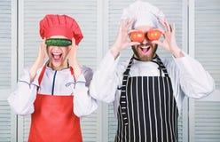 Να μαγειρεψει είναι μαζί διασκέδαση Επιλογές για την οικογένειά μας Πηγαίνετε vegan Οργανική διατροφή Οικογένεια Vegan Λαβή αρχιμ στοκ φωτογραφίες με δικαίωμα ελεύθερης χρήσης