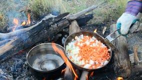 Να μαγειρεψει υπαίθρια επάνω ανοίγει πυρ φιλμ μικρού μήκους