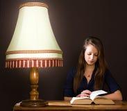 Να μελετήσει στο σπίτι αργά - νύχτα. Στοκ Φωτογραφίες