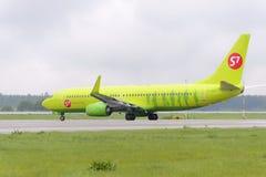 Να μετακινηθεί με ταξί αερογραμμών αεροσκαφών Boeing737 S7 Στοκ φωτογραφία με δικαίωμα ελεύθερης χρήσης