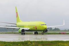 Να μετακινηθεί με ταξί αερογραμμών αεροσκαφών Boeing737 S7 Στοκ Φωτογραφίες
