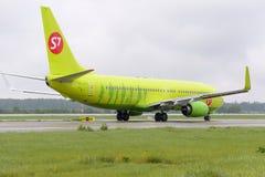Να μετακινηθεί με ταξί αερογραμμών αεροσκαφών Boeing737 S7 Στοκ Εικόνες