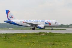 Να μετακινηθεί με ταξί αερογραμμών Ural airbus A319 Στοκ φωτογραφίες με δικαίωμα ελεύθερης χρήσης