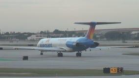 Να μετακινηθεί με ταξί επιβατικών αεροπλάνων αέρα Allegiant απόθεμα βίντεο
