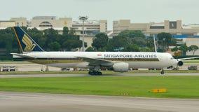 Να μετακινηθεί με ταξί της Singapore Airlines Boeing 777-200ER Στοκ Εικόνα