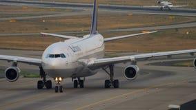 Να μετακινηθεί με ταξί airbus της Lufthansa A340 φιλμ μικρού μήκους