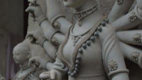 Να ντύσει επάνω το είδωλο αργίλου της θεάς Durga, Kolkata, Καλκούτα, Ινδία απόθεμα βίντεο
