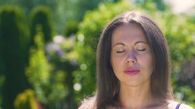 Να ονειρευτεί γυναίκα ύπνου ή υπαίθρια το καλοκαίρι, κλειστή μάτια ομορφιά φιλμ μικρού μήκους