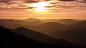 Να ονειρευτεί με να φανεί τα βουνά στο ηλιοβασίλεμα στοκ φωτογραφία με δικαίωμα ελεύθερης χρήσης