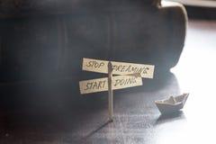 Να ονειρευτεί στάσεων να κάνει έναρξης Επιγραφή, επιχειρησιακό κίνητρο Στοκ Εικόνες