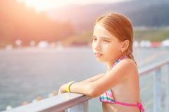Να ονειρευτεί τη νέα στάση έφηβη κοντά στη λίμνη Στοκ Φωτογραφία