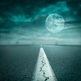 Να οδηγήσει στον ανοικτό δρόμο προς το έξοχο φεγγάρι τη νύχτα Στοκ Εικόνα