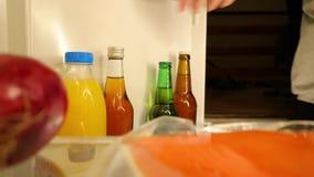 Να πάρει έξω το υδρόμελι από το ψυγείο απόθεμα βίντεο
