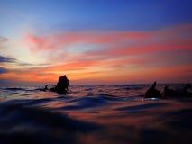 Να πάρει έτοιμο για μια περιπέτεια της νύχτας βουτά με την όμορφη άποψη ηλιοβασιλέματος σχετικά με την επιφάνεια στοκ φωτογραφίες