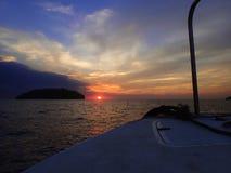 Να πάρει έτοιμο για μια περιπέτεια της νύχτας βουτά με την όμορφη άποψη ηλιοβασιλέματος σχετικά με την επιφάνεια στοκ φωτογραφία