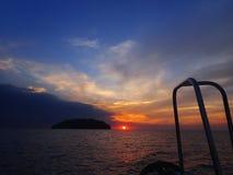 Να πάρει έτοιμο για μια περιπέτεια της νύχτας βουτά με την όμορφη άποψη ηλιοβασιλέματος σχετικά με την επιφάνεια στοκ εικόνες