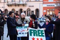να πάρει συνέντευξη από τη manifestant συριακή TV δημοσιογράφων Στοκ φωτογραφία με δικαίωμα ελεύθερης χρήσης