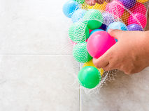 Να πάρει τη βρώμικη πλαστική σφαίρα σε μια καθαρή τσάντα Στοκ Φωτογραφίες