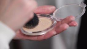 Να πάρει τη σκόνη σε μια βούρτσα φιλμ μικρού μήκους