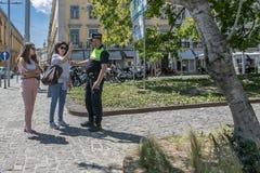 Να πάρει τις κατευθύνσεις από έναν αστυνομικό στοκ εικόνα
