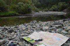 Να πάρει τις κατευθύνσεις χαρτών κατά τη διάρκεια να πραγματοποιήσει οδοιπορικό στον ποταμό Aoös, Ελλάδα Στοκ εικόνες με δικαίωμα ελεύθερης χρήσης