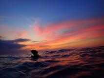 Να πάρουν έτοιμα για μια περιπέτεια της νύχτας και το ηλιοβασίλεμα βουτούν με την όμορφη άποψη ηλιοβασιλέματος σχετικά με την επι στοκ εικόνες