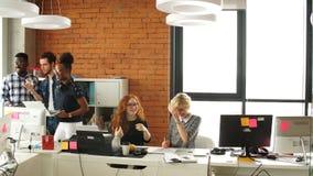 Να περάσει καλά μεταξύ των διαφορετικών συναδέλφων στο επιχειρησιακό γραφείο ξεκινήματος απόθεμα βίντεο