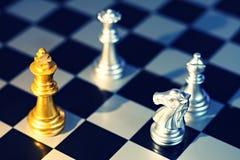 Να περιβάλει βασιλιάδων με τον εχθρό, ιππότης, βασίλισσα, επίσκοπος ως έλεγχο, επιχειρησιακή ανταγωνιστική έννοια, cheeseboard έν Στοκ εικόνες με δικαίωμα ελεύθερης χρήσης
