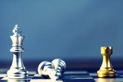 Να περιβάλει βασιλιάδων με τον εχθρό, κοράκι ως έλεγχο, επιχειρησιακή ανταγωνιστική έννοια, cheeseboard έννοια παιχνιδιών Στοκ Φωτογραφίες