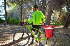 Να περιοδεύσει ποδηλάτων ποδηλατών MTB σε ένα δάσος πεύκων στοκ φωτογραφία με δικαίωμα ελεύθερης χρήσης