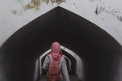 Να περπατήσει μόνο σε έναν ήρεμο διάδρομο στοκ φωτογραφίες με δικαίωμα ελεύθερης χρήσης