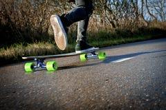 Να περπατήσει προς τα εμπρός σε ένα longboard Στοκ εικόνες με δικαίωμα ελεύθερης χρήσης