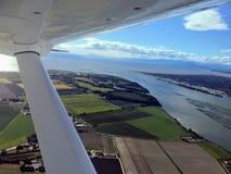 Να πετάξει ανωτέρω σε ένα μικρό αεροπλάνο νερού που παίρνει τις εναέριες φωτογραφίες στοκ εικόνες