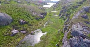 Να πετάξει αργά πέρα από το οροπέδιο βουνών υψηλό επάνω από τη θάλασσα - επίπεδο φιλμ μικρού μήκους
