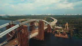 Να πετάξει πέρα από την ογκώδη γέφυρα μέσα κάτω από την κατασκευή απόθεμα βίντεο