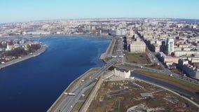 Να πετάξει πλησίον του ποταμού Neva στο κέντρο Άγιος-Πετρούπολη φιλμ μικρού μήκους