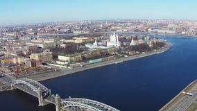 Να πετάξει πλησίον του ποταμού Neva στο κέντρο Άγιος-Πετρούπολη απόθεμα βίντεο