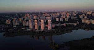 Να πετάξει χαμηλά κεντρικός με τις απόψεις ηλιοβασιλέματος εικονικής παράστασης πόλης 4k 4096 X 2160 εικονοκύτταρα απόθεμα βίντεο