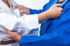 Να πιάσει τζούντου μεταξύ της θηλυκής καφετιάς ζώνης τζούντου και της μαύρης ζώνης sensei της Στοκ εικόνα με δικαίωμα ελεύθερης χρήσης